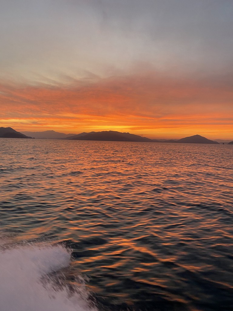 写真1船から見る朝焼け7228810-1ECA-4B0E-B82F-F566C84F5A83