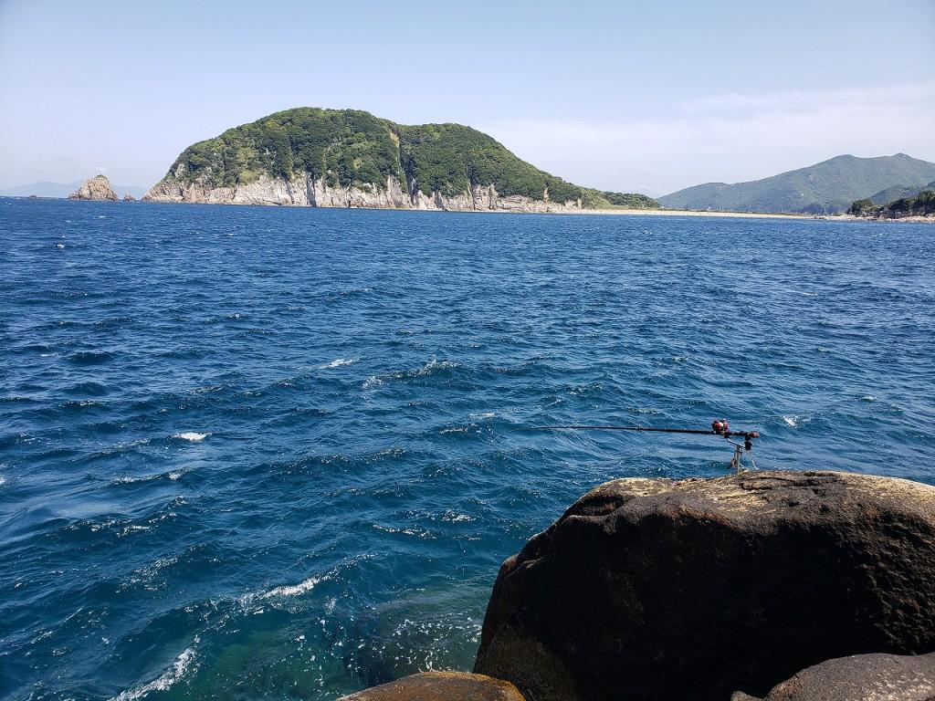 ヒナダンの右正面に見えるは栢島。この一帯には底物の好釣り場が点在しています。20210503_102100